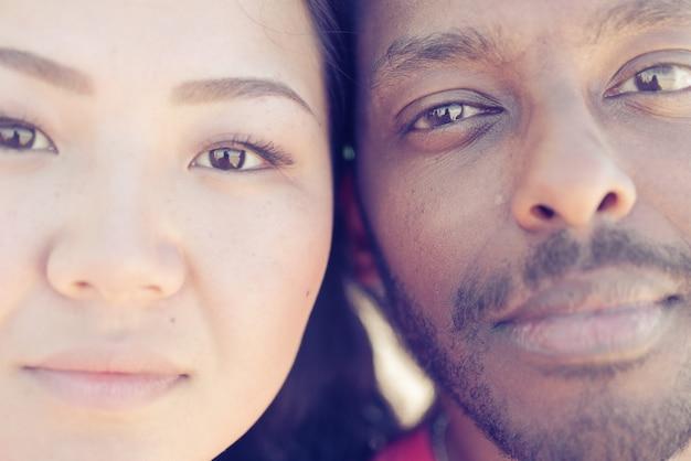 アジアの女の子と黒人男性の肖像画