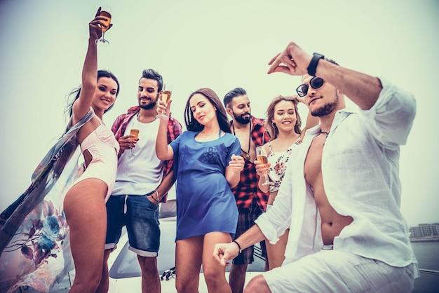 Люди празднуют на яхте
