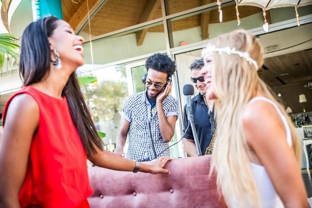 Друзья устраивают вечеринку в лаунж-баре