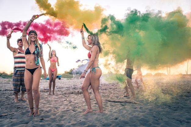 Группа друзей, вечеринки на пляже