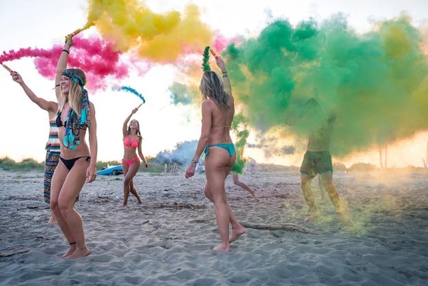 ビーチでパーティーの友人のグループ