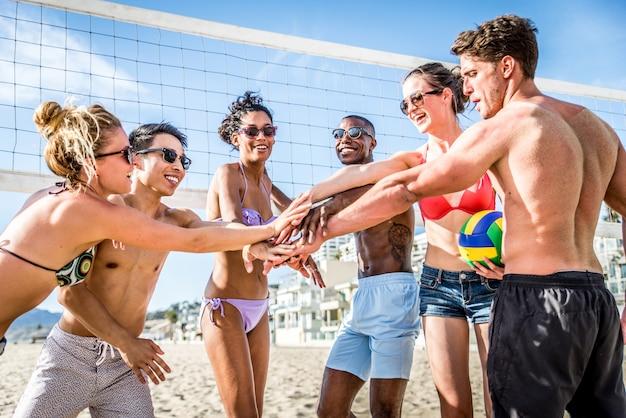 友達がビーチバレーをプレイ