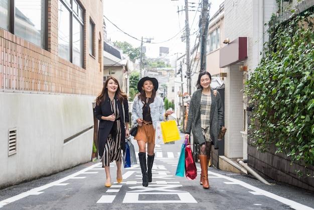 東京で買い物をする女性