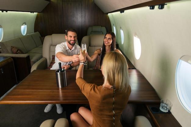 Группа друзей на частном самолете