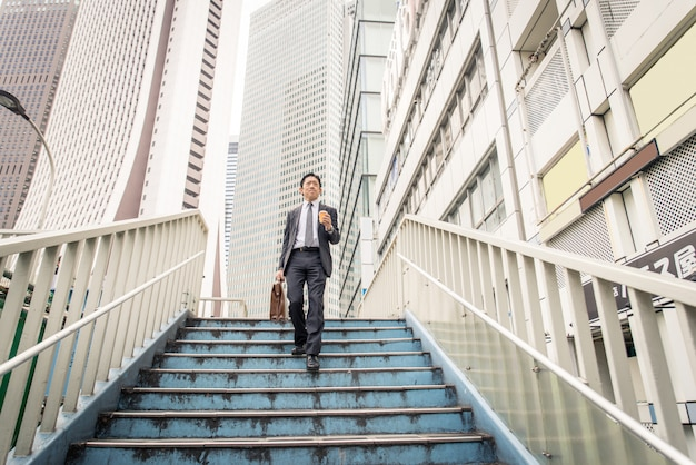 正式なビジネススーツを持つ東京の日本人ビジネスマン