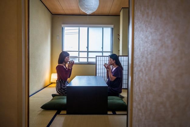 日本のお母さんと伝統的なアパートの娘