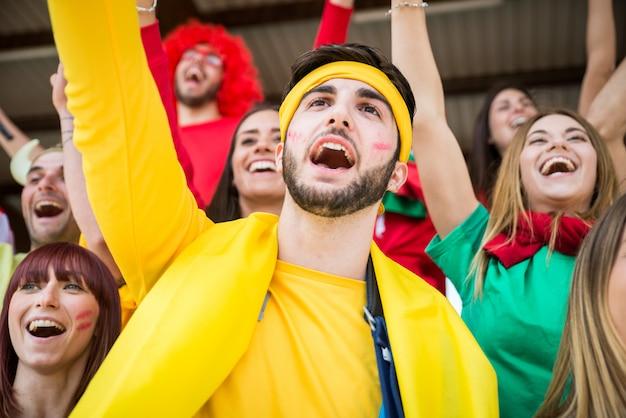 Футбольные фанаты на стадионе