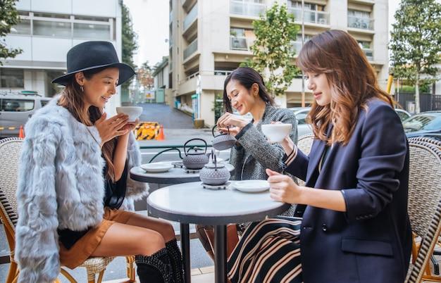 東京でコーヒーを飲む女性