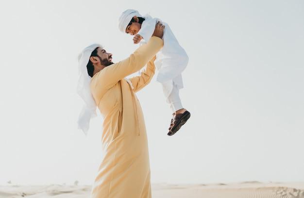 Отец и сын проводят время в пустыне