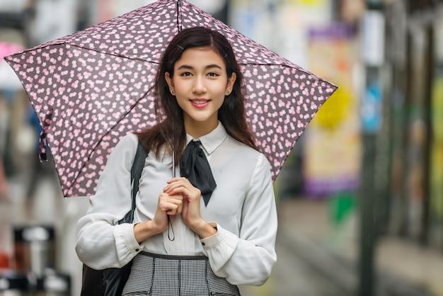 屋外の若い日本人の女の子