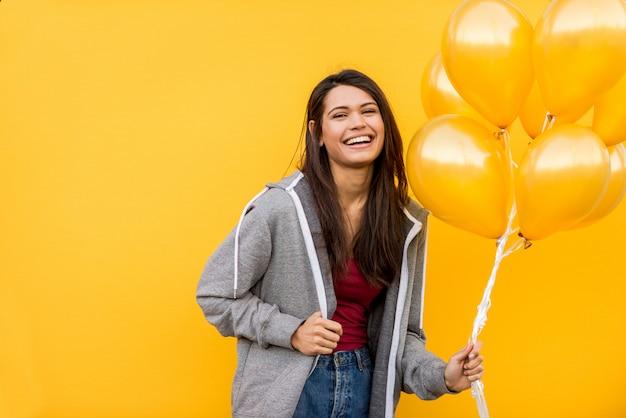オレンジ色の風船を持つ美しい少女の肖像画