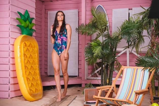 熱帯のビーチの美しい女性