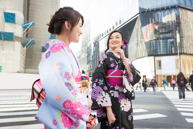 Японки с кимоно гуляют в токио