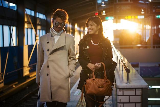 大阪でデートする恋人の日本人カップル