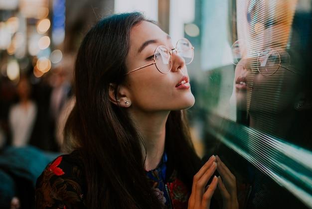 美しいアジアの日本の女の子の通りの肖像画