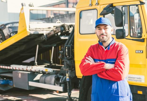 トラックを持つ労働者の男