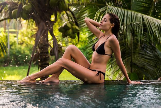Женщина в бассейне на бали