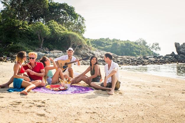 熱帯の島で幸せな友達のグループ