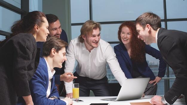 Портрет молодой бизнес команды на работе. яркий современный малый креативный бизнес.