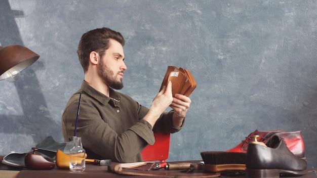 Молодой привлекательный мужчина дизайнер работает в своей студии