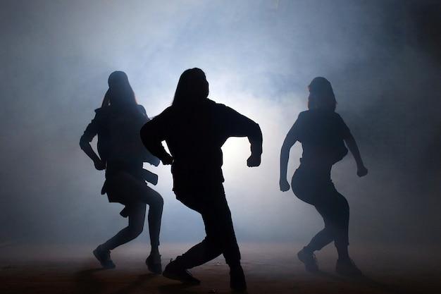 夜の路上で若い女性ダンサーのグループ