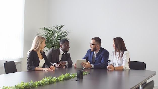 テーブルの上のビジネスマン間の会議