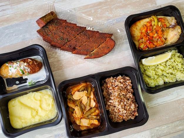 健康食品を食べ、生鮮食品を容器に入れて届ける