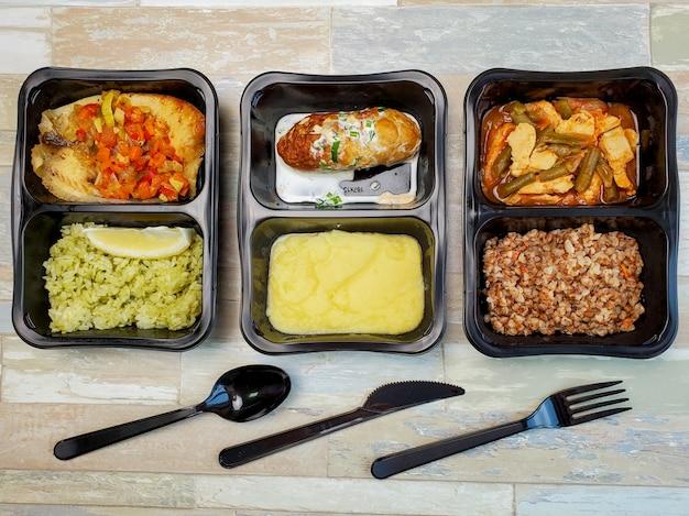 プラスチック容器に入ったフィットネス食品、上面図、テーブルの美味しくてヘルシーな料理