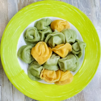 お皿は色とりどりの餃子で作られています。お子様メニュー