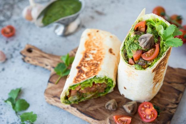 Мексиканское буррито с овощами и соусом песто