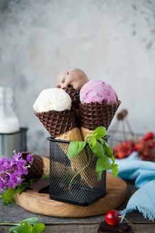 Домашнее мороженое разных сортов в вафельных рожках