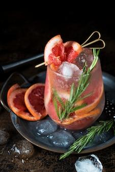 Холодный фруктовый коктейль со льдом в бокале