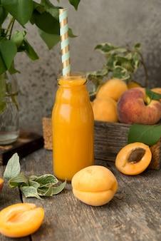Домашний абрикосовый сок на деревенском пространстве
