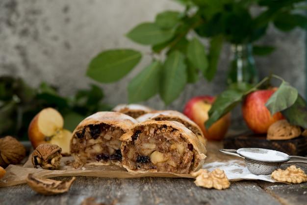 Традиционный яблочный штрудель с яблоком и изюмом