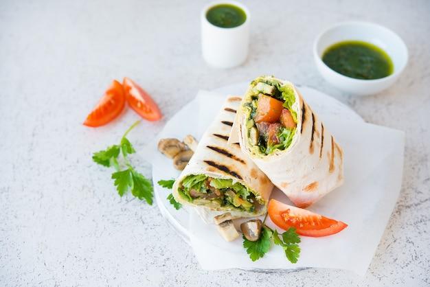 Буррито с грибами и овощами, традиционная мексиканская еда. копировать пространство