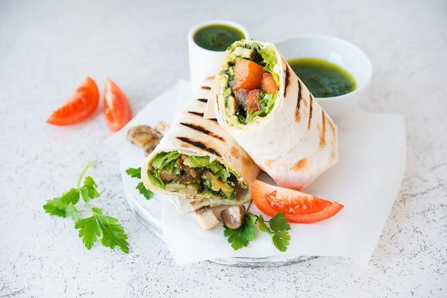 Буррито с грибами и овощами, традиционная мексиканская еда.