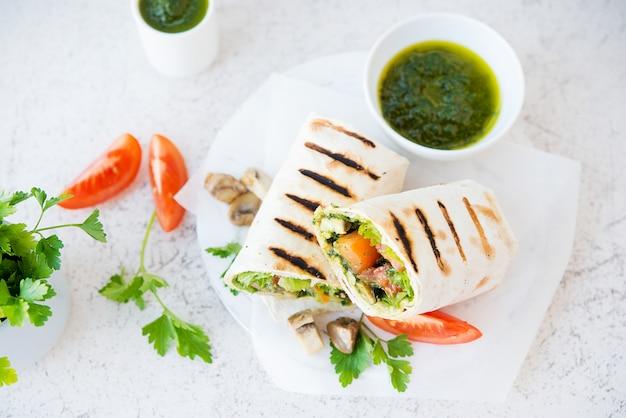 Буррито с грибами и овощами, традиционная мексиканская еда. вид сверху