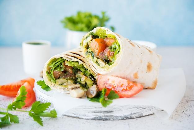 Буррито с грибами и овощами, традиционная мексиканская еда. вегетарианская еда.