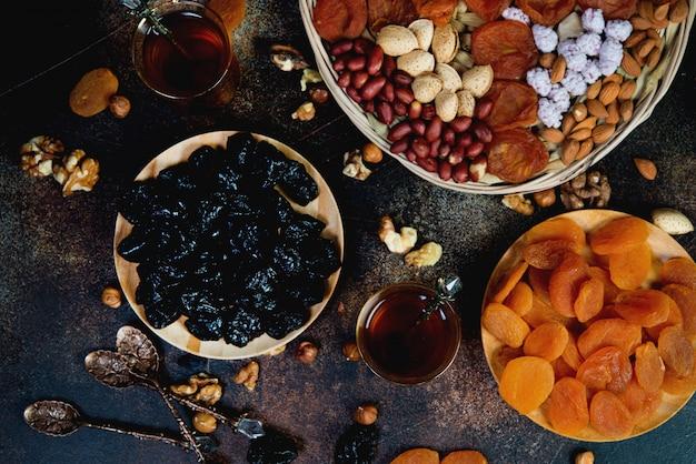 ドライフルーツ、ナッツ、お茶と伝統的なアラビア語のお茶