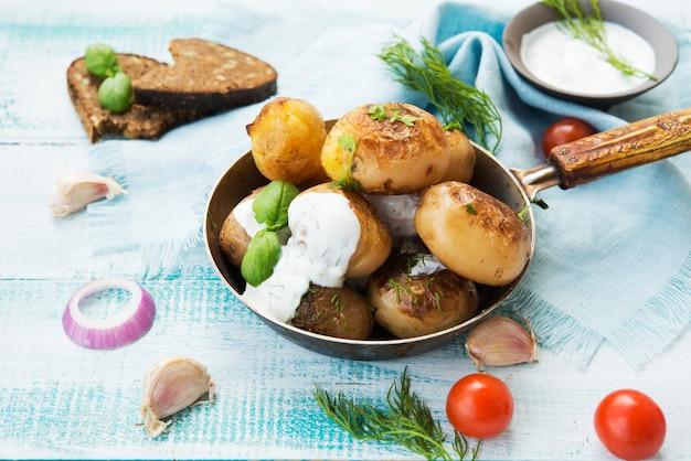 Домашний печеный картофель с зеленью и сметаной