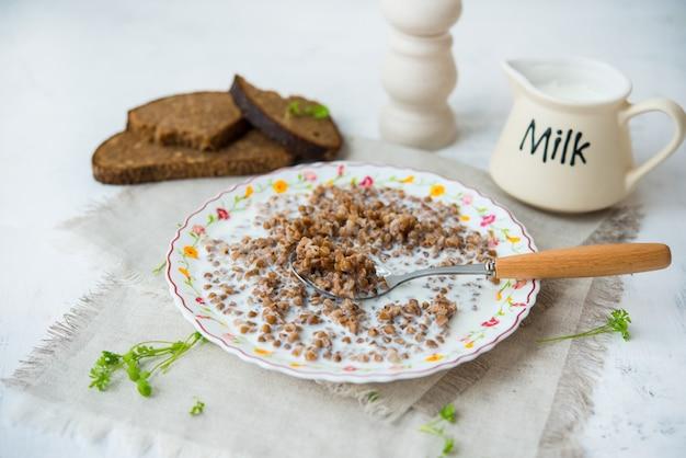 ゆでそばと牛乳のプレート、伝統的なロシアの朝食