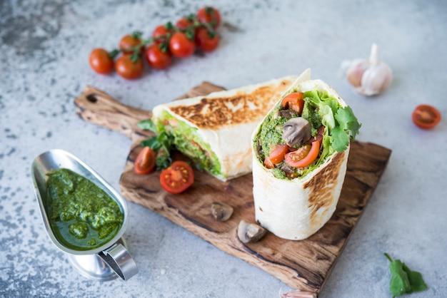 Буррито с овощами и соусом песто. ролл с овощами, грибами и соусом песто.
