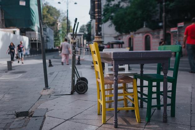 イスタンブールの古代の通り。屋外のテーブルと椅子