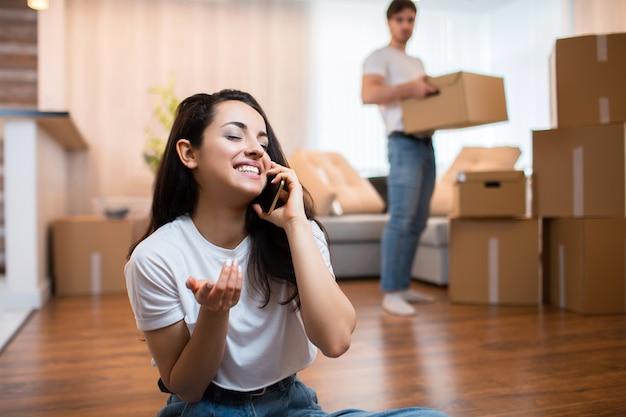 移動との関係の概念。彼は満足していません。夫は箱を開梱します。