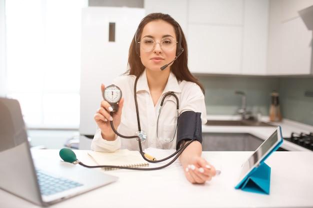 Телемедицина. женщина-врач работает из дома