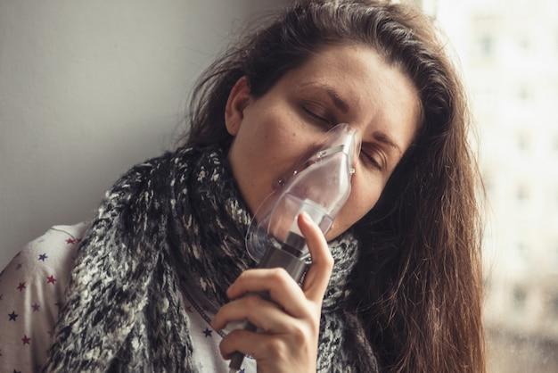 病気の女の子は彼の顔にマスクで吸入します