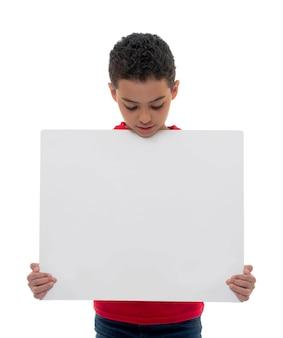 Мальчик держит белую доску с копией пространства