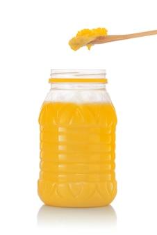 スプーンで純粋なインドギーの瓶