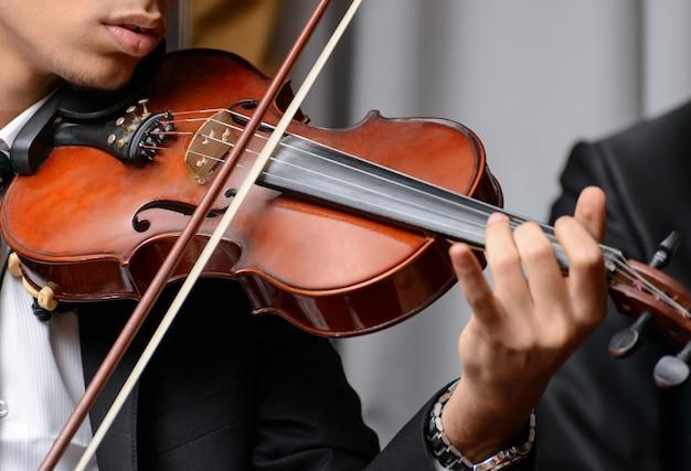 Скрипач играет на симфонии