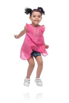 白で空気中のジャンプ幸せな若い女の子